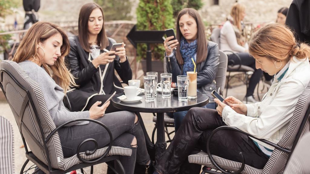 women-smartphone-1024x576.jpg