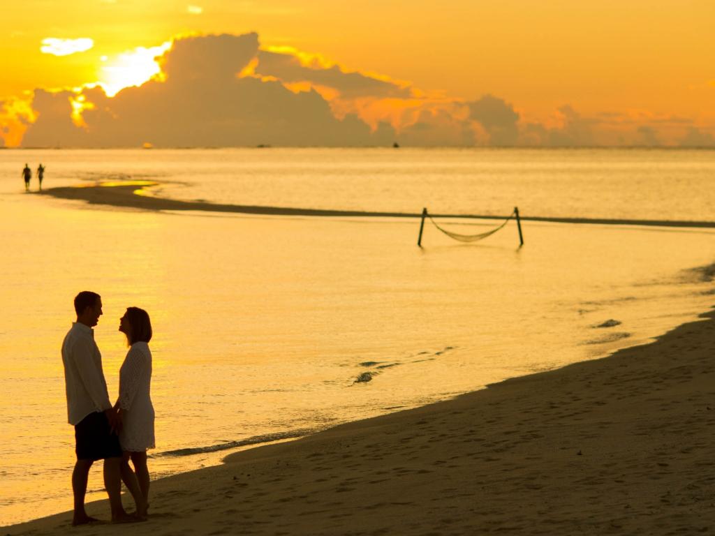man-male-woman-beach-1024x768.jpg